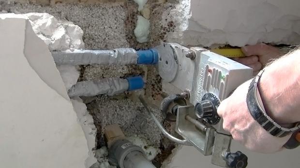 Die Absperrventile werden dann am neuen Montageort mit den bestehenden Leitungen wieder verschweißt