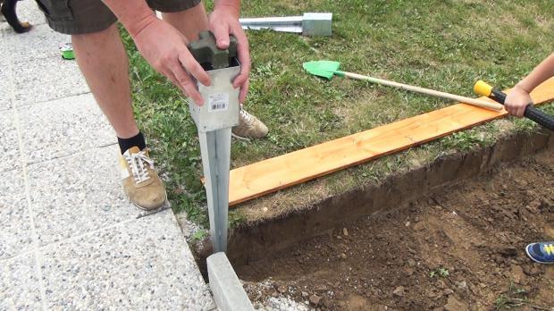 Bodeneinschlaghülse setzen