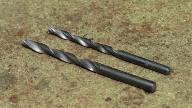 5-mm- und 6-mm-Bohrer zum Bohren der beiden Löcher