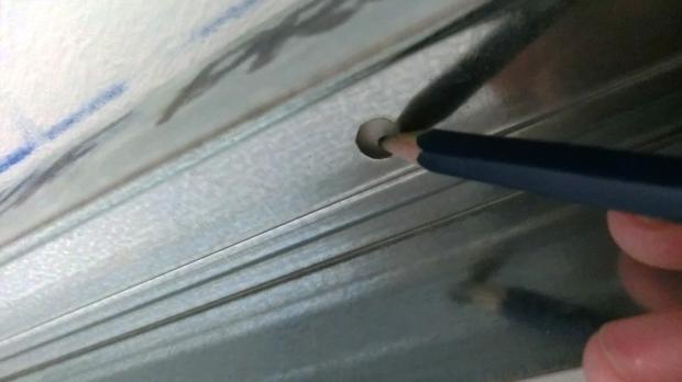 Bohrungen des Deckenprofils an der Decke anzeichnen