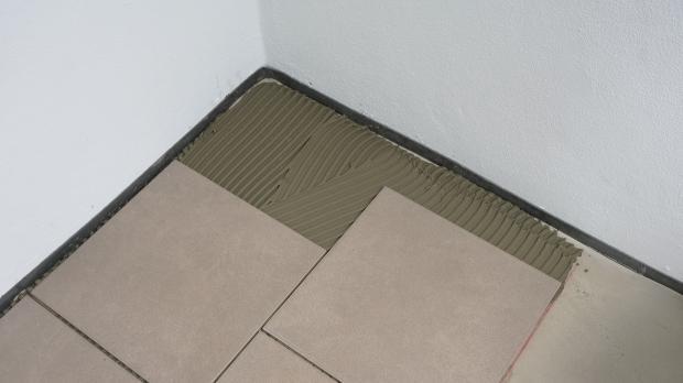 Fußboden Grundieren Fliesen ~ Bodenfliesen verlegen anleitung diybook at