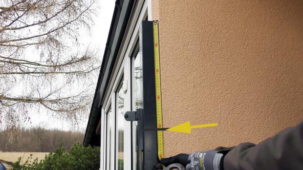 Pfosten an der Hausmauer einmessen