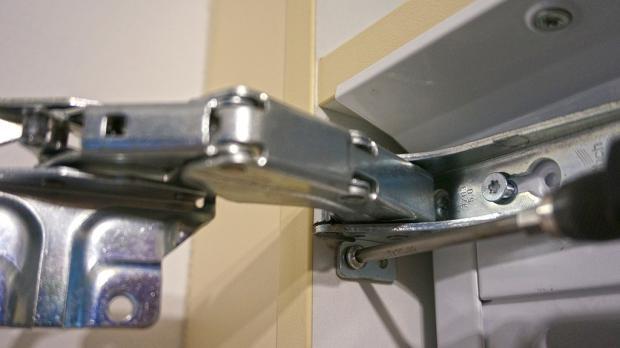 Kühlschrank-Scharnier wechseln - Anleitung @ diybook.at