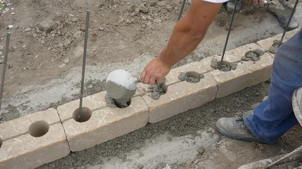 gartenmauer selber bauen das errichten einer betonsteinmauer anleitung. Black Bedroom Furniture Sets. Home Design Ideas