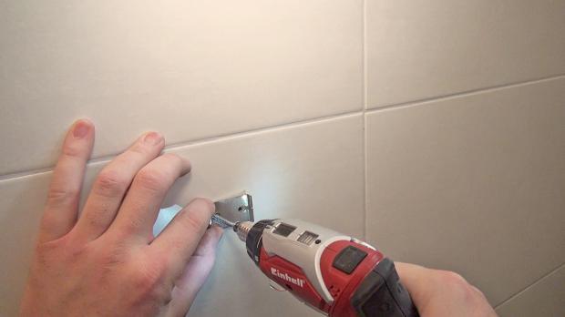 Montageplatte der Toilettenpapierhalterung anschrauben