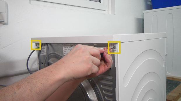 Schrauben vom Gerätedeckel entfernen