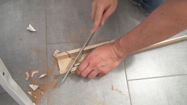 Daran anschließende Deckenleiste auf Gehrung schneiden