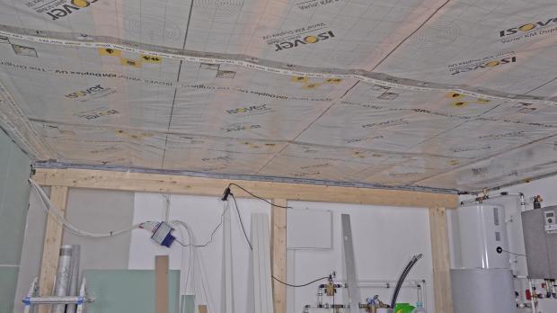 Fertig angebrachte Dampfbremse an der Decke