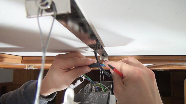 Silikonschlauch über die Stromversorgung stülpen