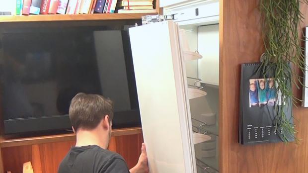 Kühlschranktür wieder einsetzen