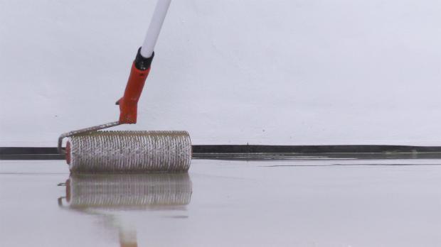 Boden mit Stachelwalze abrollen