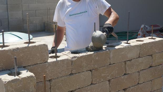 gartenmauer selber bauen - das errichten einer betonsteinmauer, Gartenarbeit ideen