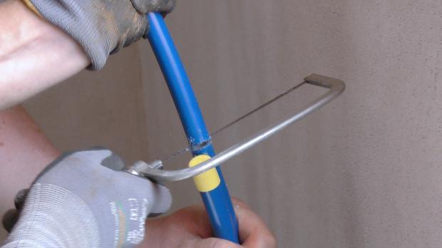 Heizungsrohr an Verteilerposition zusägen