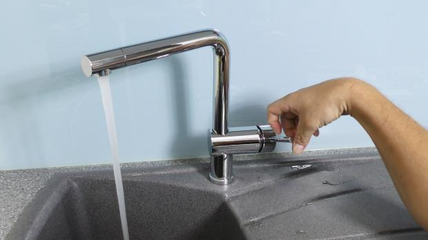 Wasserhahn zur Kontrolle öffnen