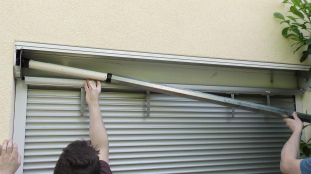 Rollladenwelle provisorisch zum Messen des Überstands einhängen