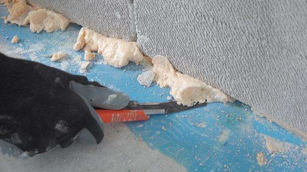 Überschüssigen Bauschaum entfernen