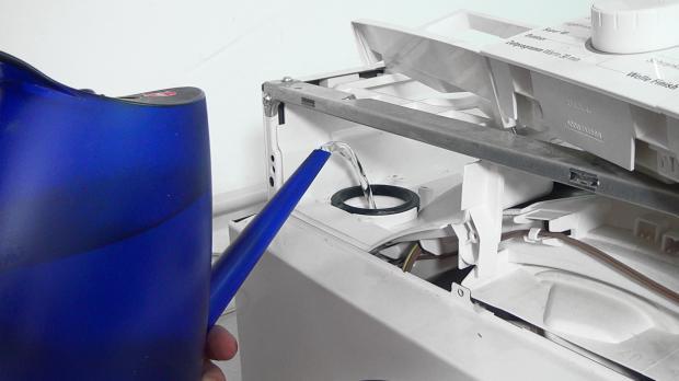 Gerät mit heißem Wasser durchspülen