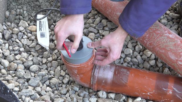 Wasserhahn an das Polokalrohr anbringen