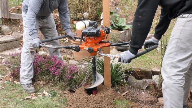 Fundamentgruben der Pfosten ausheben