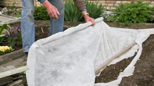 Frostschutzvlies anbringen