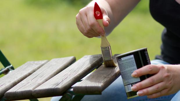 Gartenmöbel streichen und lasieren