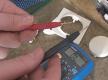 Den zu prüfenden Leitungsdraht am Multimeter festmachen