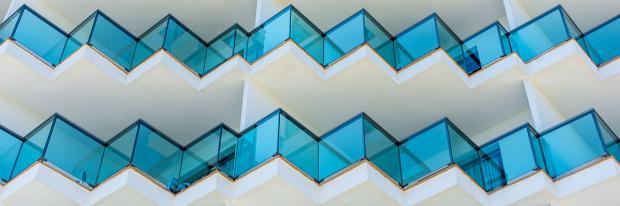 Kreatives Balkongeländer aus Glas