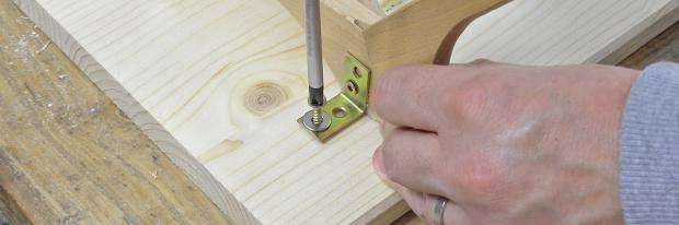 Bügel werden an der Tischplatte befestigt