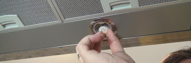 Eine LED wird in die Dunstabzugshaube eingesetzt