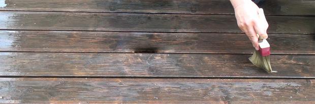 Holzterrasse wird mit Entgrauer behandelt