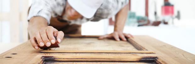 Holztüren abschleifen als Arbeit für den Sommer