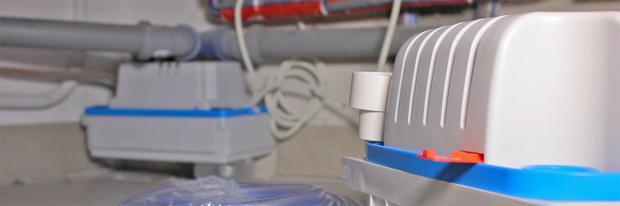Neue Kondensatpumpe vor alter Kondensatpumpe im Hintergrund