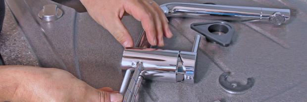 Neue Küchenarmatur wird montiert