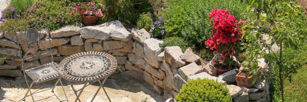 Hochbeet aus einer Naturstein-Trockenmauer