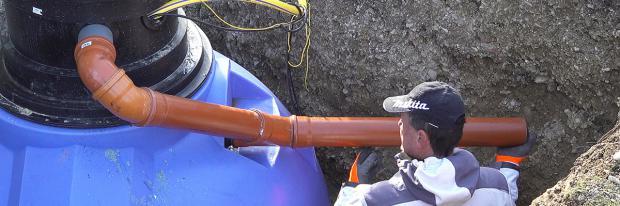 Rohre für den Regenwassertank verlegen