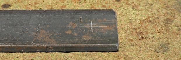 Metall-Werkstück mit Markierung zum Bohren