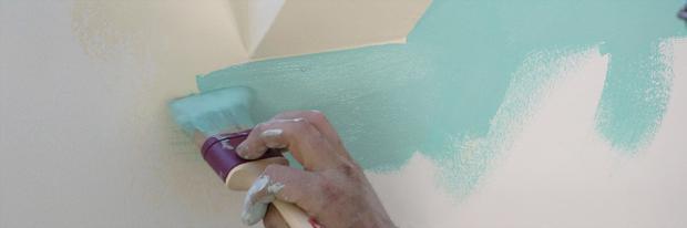 Sockel wird mit dem Pinsel gestrichen