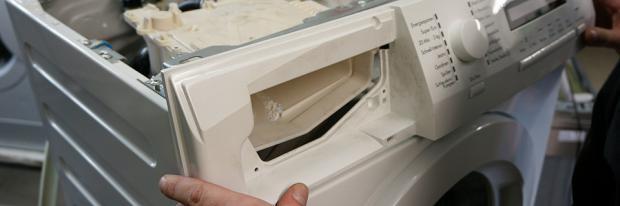 Waschmaschine Frontblende zusammenbauen - Bedienfeld der Waschmaschine wird eingesetzt - Header