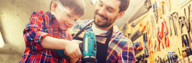 Jung und Alt in der Werkstatt bei der Arbeit
