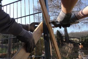 Doppelstabmattenzaun aufbauen – Teil 2