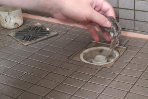 Duschabfluss reinigen - Wenn der Abfluss der Dusche verstopft