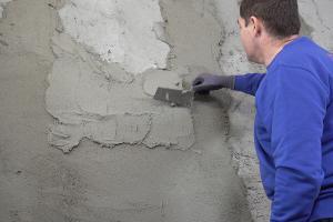 Feuchte Wand verputzen