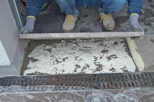 Kaputte Natursteinplatte tauschen