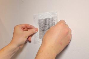 Gipskarton reparieren: Rigips Reparaturgewebe im Einsatz