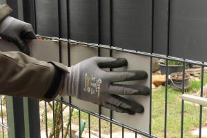 Sichtschutz für einen Doppelstabmattenzaun montieren