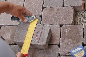 Garageneinfahrt pflastern - Anleitung zum Betonpflaster verlegen