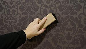 ratgeber vliestapete kleben wie eine vliestapete anbringen. Black Bedroom Furniture Sets. Home Design Ideas