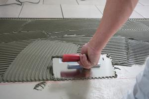 Fußboden Fliesen Austauschen ~ Bodenfliesen richtig verlegen video anleitung diybook at