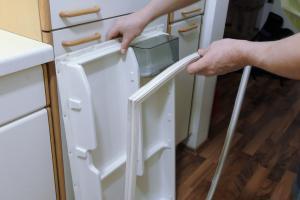 Aeg Kühlschrank Mit Kellerfach : Kühlschrank scharnier wechseln anleitung diybook at