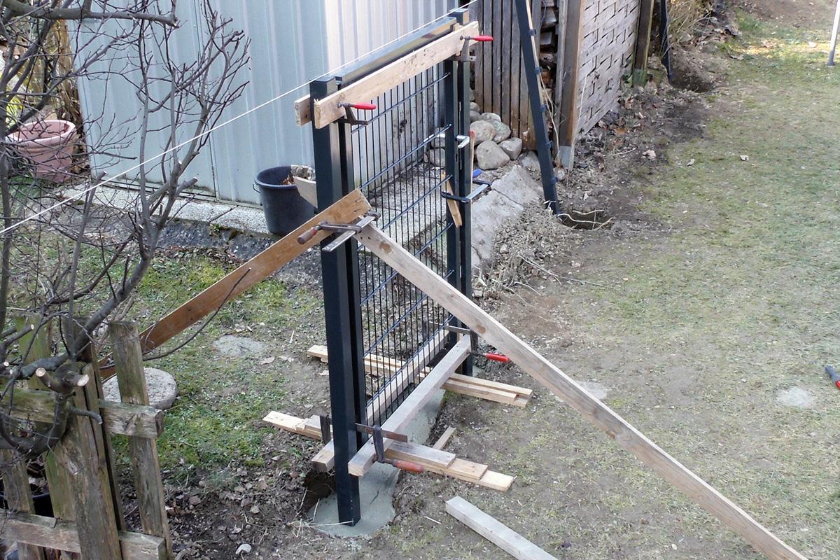 doppelstabmatten: freistehendes gartentor montieren - anleitung